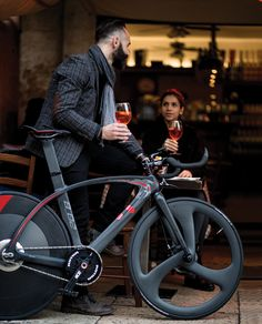 debuting at the LikeBike monte carlo event, the T°RED - ACDD 'bestianera monte carlo' edition is a hybrid that transfigures from a sports to a urban bicycle Velo Design, Bicycle Design, Bici Fixed, Bike Photography, Motorized Bicycle, Fixed Gear Bike, Bike Style, Electric Bicycle, Classic Bikes