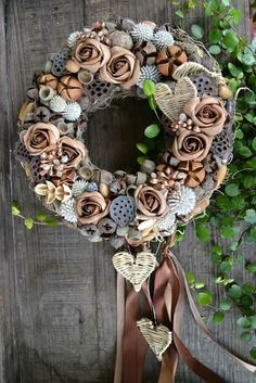 I love dry lily pods but different embellishments Easter Wreaths, Holiday Wreaths, Christmas Decorations, Diy Wreath, Grapevine Wreath, Flower Centerpieces, Summer Wreath, Christmas Inspiration, Dried Flowers