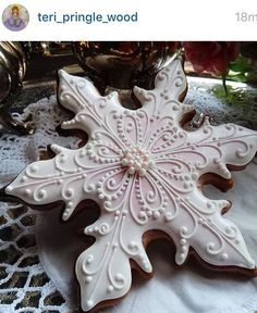 Winter pink snow flakes by Teri Pringle Wood, posted on Cookie Connection Fancy Cookies, Iced Cookies, Cute Cookies, Royal Icing Cookies, Cookies Et Biscuits, Christmas Sugar Cookies, Holiday Cookies, Gingerbread Cookies, Noel Christmas
