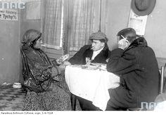 Cyganka wróżąca z kart klientom lokalu , Warszawa, 1927