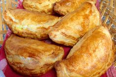 Pastizzi - Maltese pastries with Split Green Peas Green Split Peas, Green Peas, Mushy Peas, Italian Pastries, Savory Pastry, Pea Recipes, Dinner Tonight, Ricotta, Spices