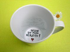 Wunderschöne, schlichte Tasse  auf dem Grund der Tasse steht die Frage - der *Heiratsantrag* : **Willst du mich heiraten ?**  Farbe Tasse : weiss Aufschriftauf dem Tassengrund: schwarz und...