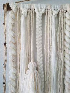 Il s'agit d'une tenture fait sur commande! Je vous l'ai achevée dans les 2 semaines suivant l'achat (probablement plus tôt) Cette tenture est pleine de rebondissements, tresses, macramé et pompons. Il aurait fière allure au dessus d'un lit ou un canapé. MATÉRIAUX: Fils acrylique/laine, rustique teinté de cheville en bois, perles en bois, ficelle de jute. COULEUR: Blanc et crème. Dimensions: 48 large 44 de long 48 de long avec crochet. Frais de port: Une fois terminé cet articl...