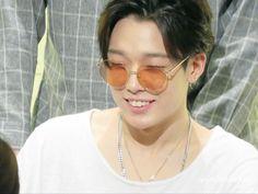 iKON Bobby Bi Rapper, Winner Ikon, Jay Song, Kim Hanbin, Korean Music, Beautiful Boys, Bobby, Round Sunglasses, Hoop Earrings