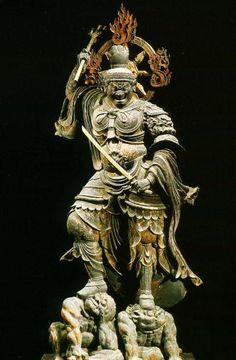 【京都・東寺/持国天(839年)】木造彩色。高さ1.8m。宝髻で天冠台を被り、甲冑を身に着けた立像。高く挙げた右手に三鈷戟、腰元の左手には剣を持ち、口を大きく開いた忿怒の表情で左右足元の二匹の邪鬼の頭部を踏みつけている。国宝。