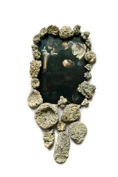 Eva Tesarik - Oceanis nox – Collier- Silber, Steine und Muscheln mit Kalkalgen überzogen Postkarte (Caravaggio- Der Narziss) 2012 26x18x3cm