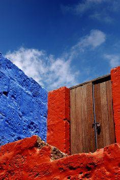 Murs colorés et porte au Monastère de Santa Catalina à Arequipa, au Pérou. Photo de Marc Guitard.