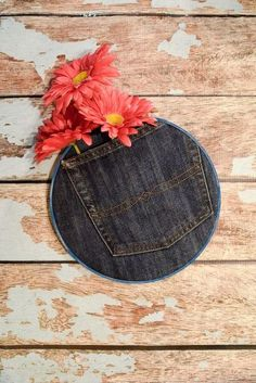 recycled denim pocket hoop art, crafts, how to, repurposing upcycling Sorting Clothes, Folding Jeans, Patriotic Bunting, Denim Scraps, Pillos, Old Jeans, Recycled Denim, Old T Shirts, Upcycled Crafts