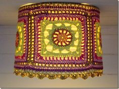this is an incredible crochet lamp shade Crochet Home Decor, Crochet Crafts, Crochet Yarn, Yarn Crafts, Crochet Projects, Crochet Lampshade, Crochet Squares, Granny Squares, Lampshades
