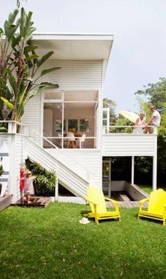 🌟Tante S!fr@ loves this 📌🌟Coastal Style: Australian Beach Shack : Banana trees & outdoor shower Beach Cottage Style, Coastal Style, Australian Beach, Australian Fashion, Cottage Renovation, Beach Shack, Surf Shack, Dordogne, Home And Deco