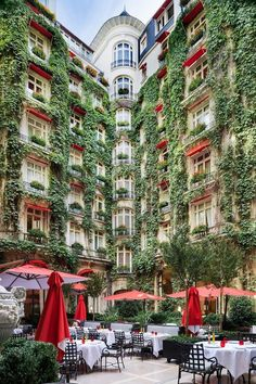 hotel paris La Cour Jardin, Paris - France - La Cour Jardin belongs to the hotel Plaza Athenee and offers something that makes many tourists check in here. Places Around The World, Oh The Places You'll Go, Places To Travel, Travel Destinations, Magic Places, Hotel Paris, Paris Hotels, Paris Airbnb, Plaza Hotel