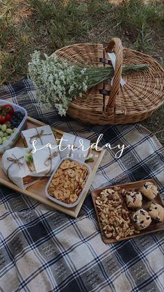Picnic Menu, Picnic Date, Picnic Foods, Beach Picnic, Summer Picnic, Picnic Ideas, Picnic Parties, Picnic Recipes, Romantic Picnics