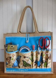 GoGini: Jute tas Albert Heijn Pimpen, tutorial on how to make this lovely bagGreat idea for adding external pockets to jute bags. Patchwork Bags, Quilted Bag, Changing Bag, Carry All Bag, Jute Bags, Craft Bags, Denim Bag, Fabric Bags, Sewing Accessories