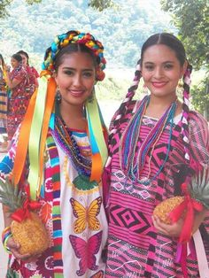 The huipiles are presented in their different styles, colors and versions - Mexico Mexican Costume, Mexican Outfit, Mexican Dresses, Folk Costume, Costumes, Mexican Art, Mexican Style, Pink Hotel, Mexican Textiles