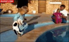 GIF: ¡Niño al agua!