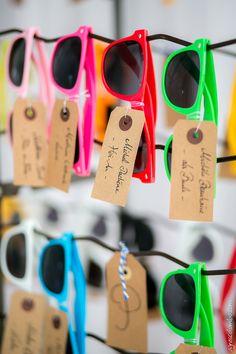 1 invité = 1 couleur = 1 table = 1 destination - Plan de table lunettes de soleil - Mariage Gaëlle & Thomas -  sunglasses, wedding, travel