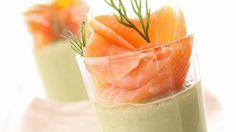Verrine de mousse d'avocats et saumon fumé _ http://www.cuisineaz.com/dossiers/cuisine/saumon-aperitif-noel-13964.aspx