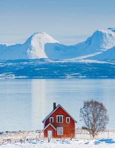 Huset på Spilderneset i Malangen, Norway  **EXPLORED** | The little red house.