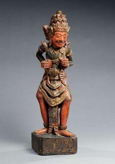 Staande figuur van een koning 'Rawana' Gepolichromeerd hout Hoogte 53 cm Bali, eind 19de eeuw