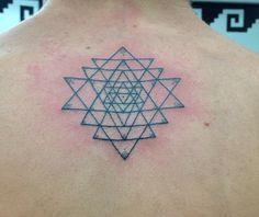 Hecho por #Alex en #TatuajesMéxico #LosMejoresConLosMejores #tatuajesmexico #tatuajes_mexico #Tatuajes_Mexico #geometrictattoo #mandala #mandalatattoo #triangletattoo