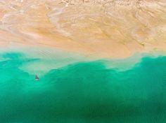 Fotografia di Abrar Mohsin  Anche se Dubai è nota per i suoi paesaggi urbani, ha anche molte bellezze naturali, come si può vedere da questa veduta aerea vicino la metropoli degli Emirati Arabi Uniti.