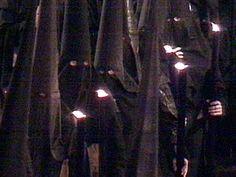 Curiosidades        -Los nazarenos que forman el cortejo de la Hdad. del Silencio llevan los cirios suspendidos a media altura, hasta... que el paso de palio de su virgen de La Concepción, no ha salido de su iglesia de San Antonio Abad.Cuando esto sucede, levantan los cirios y lo llevan el resto de la procesión, como todas las demás hermandades con túnicas de cola, apoyados en la cintura.