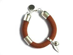 Handmade. De Dreamz armband is een prachtig sieraad met onderdelen van Europees designer quality. Helemaal leuk en de trend voor dit jaar! http://bylieske.biedmeer.nl/dreamz-silver-feather-love-diverse-kleuren