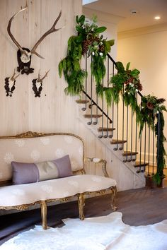 Christmas Staircase: Very pretty fresh garland, pinecones Natural Christmas, Noel Christmas, Winter Christmas, All Things Christmas, Cabin Christmas, Christmas Christmas, Winter Holidays, Christmas Staircase, Christmas Entryway