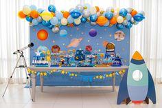 Festa espacial feita pela Caraminholando. First Birthday Decorations, 1st Birthday Parties, Space Party, Space Theme, Astronaut Party, Planes Birthday, Mickey Party, Baby Party, First Birthdays