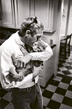 Steve McQueen with his pet, Kitty Cat. I knew there was a good reason I had such a huge crush on Steve McQueen! Martin Freeman, Crazy Cat Lady, Crazy Cats, I Love Cats, Cool Cats, Steeve Mcqueen, Men With Cats, Celebrities With Cats, Animal Gato