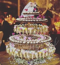 Ainda a lembrar um dia muito especial.. O bolo que sempre quis para o meu casamento, feito pelo @pontocondensado com os melhores brigadeiros que já comi !!!💗💗💗💗 , os noivos do bolo foram presente da minha madrinha linda e artista espectacular Pim!!!!😘😘