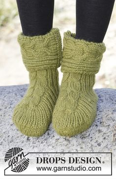 Drops Pattern 164-36, Knitted slippers with cables and rib in Eskimo
