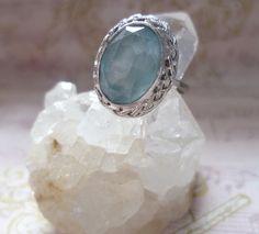 UNIKAT:   Üppiger Blautopas (ca.1,8cm) im Brillantschliff, in großer 925er Silberschiene mit filigraner Randverzierung.    Ein ungewöhnliches, opul...