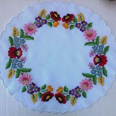 "Képtalálat a következőre: ""hungarian white embroidery"" Hungarian Embroidery, Folk Embroidery, Hand Embroidery Stitches, Embroidery Techniques, Beaded Embroidery, Embroidery Patterns, White Embroidery, Crochet Tablecloth, Sewing Art"