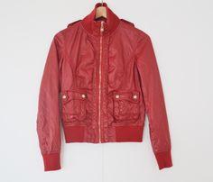 Rode faux lederen jas Maat: S Shop via https://shop.beautytalk.be/product/rood-lederen-jasje/