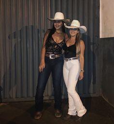 A imagem pode conter: 2 pessoas, pessoas em pé e chapéu Cowboy Girl Outfits, Rodeo Outfits, Western Outfits, Dance Outfits, Summer Cowgirl Outfits, Sweet 16 Outfits, Country Style Outfits, Country Fashion, Cute Outfits
