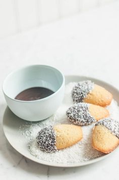 These Lamington Madeleines (or Madelamingtons) are a cute Australian twist on a French classic. Light and fluffy madeleines dipped in chocolate and then sprinkled with coconut. Recipe with step-by-step photos. Coconut Chocolate, Chocolate Desserts, Melting Chocolate, Chocolate Cupcakes, Cupcake Recipes, Dessert Recipes, Tea Recipes, Dessert Ideas, Baking Recipes