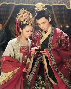 """Series Love by Hypnotic: actors Ling Mei Shi and """"Alen"""" Fang Yi Lun on a pause with a mobile phone Chinese Traditional Costume, Traditional Outfits, Chines Drama, Fantasy Heroes, Love Film, Hanfu, Red Wedding, Cute Couples, Cosplay"""