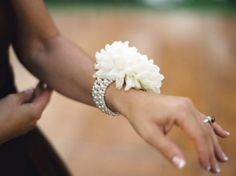 Ejemplo para las tres damas de honor (amigas). Solo una flor con una banda. Color BLANCO.