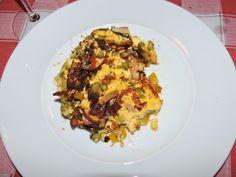 frittata con cipolline di tropea, funghi, peperone, pomodoro fresco,piselli, uova, parmigiano, latte, pepe nero, noce moscata