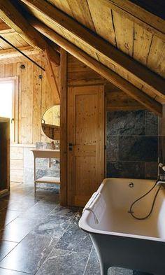 La salle de bains et sa baignoire sur pieds - Plus de photos de ce chalet sur Côté Maison http://petitlien.fr/72uu