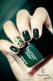 墨綠色甲面飾以金箔,將指尖帶出了奢華風格。