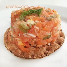 A la hora de hacer un tartar de salmón los ingredientes varían según nuestros gustos. Se pueden añadir daditos de aguacate o mango picados, suprimir las alcaparras... pero el proceso de marinado y enfriado debe respetarse.