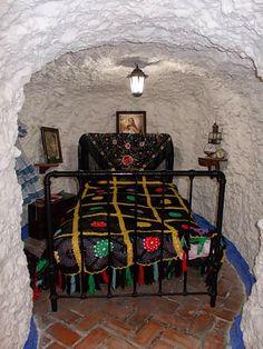 Pe înălțimile Sacromonte (Muntele Sacru) din Granada locuia o comunitate înfloritoare de romi. Numele vine de la Mănăstirea Sacromonte, fondată în 1600, care a fost construită peste catacombele une… Granada, Traditional, Chair, Furniture, Home Decor, Decoration Home, Grenada, Room Decor, Home Furnishings