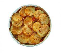 Bunter Zucchini Auflauf schmeckt nicht nur Vegetarier Euro, Potatoes, Food, Zucchini Cobbler, Vegetarian, Food Dinners, Potato, Essen, Meals