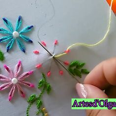 How to Embroider Flowers Double Color-Cómo Bordar Flores Doble Color In this tutorial I show you how to embroider double color flowers. Diy Embroidery Patterns, Embroidery On Kurtis, Basic Embroidery Stitches, Hand Embroidery Videos, Embroidery Stitches Tutorial, Embroidery Flowers Pattern, Creative Embroidery, Simple Embroidery, Silk Ribbon Embroidery