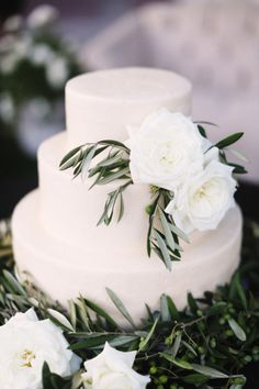 Garden inspired wedding cake: http://www.stylemepretty.com/2014/09/22/elegant-garden-wedding-at-the-grade-school-where-the-couple-met/ | Photography - Max + Friends - http://maxandfriends.com/