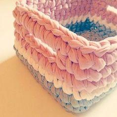 Cestinho quadrado fofucho, organiza e decora cantinhos inspiração via Pinterest, louquinha para fazer vários deles em muitas combinações de cores mas no momento o tempo tá escasso #trapillo #fiodemalha #crochet #basket #cestosorganizadores #cestos #decoracao #handmade #viapinterest