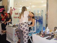 La candidata Forastefano Concettina intenta a realizzare il maquillage alla sua modella!