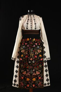 The floral embroidery is terrific! Traditional Fashion, Traditional Dresses, Historical Costume, Historical Clothing, Folk Embroidery, Floral Embroidery, Embroidery Patterns, Ethno Style, Hippy Chic